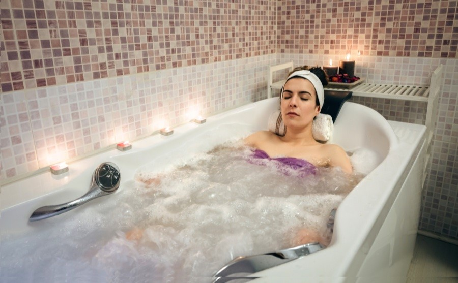 Femme recevant un soin thermal en bain