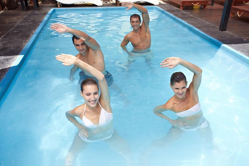 Exercice dans la piscine thermale