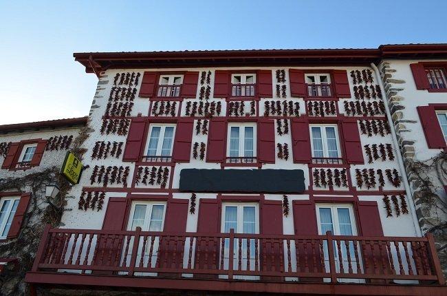 Maison à Espelette avec des piments sur la façade